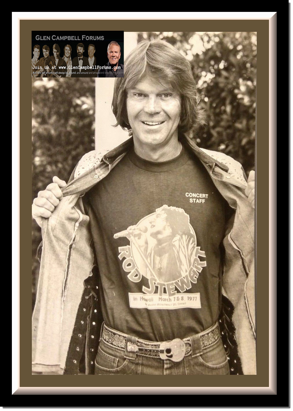 GLEN CAMPBELL SHOWS OFF HIS ROD STEWART CONCERT TEE 1977.jpg